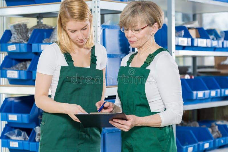Vrouwelijke fabrieksarbeiders royalty-vrije stock foto's