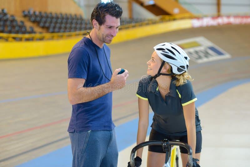 Vrouwelijke fietser die aan bus spreken royalty-vrije stock fotografie