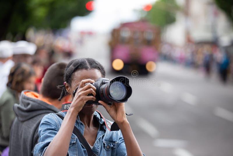 Vrouwelijke fotograaf bij grote bloemenparade royalty-vrije stock foto's