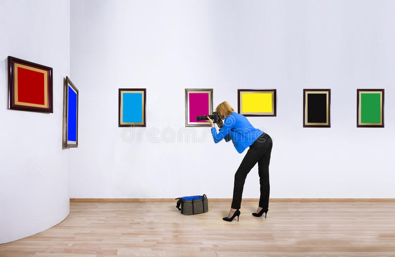 Vrouwelijke fotograafverslaggever op werkdag royalty-vrije stock fotografie