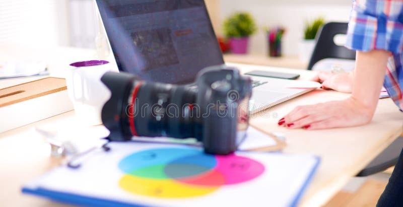 Download Vrouwelijke Fotograafzitting Op Het Bureau Met Laptop Stock Afbeelding - Afbeelding bestaande uit beelden, digitaal: 107704439