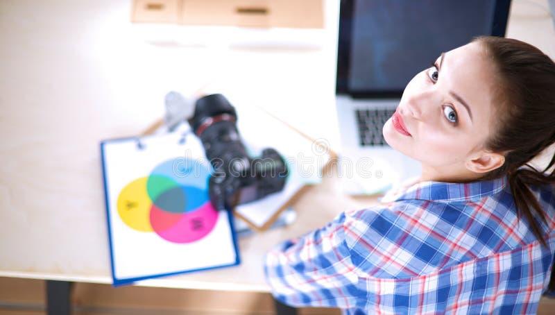 Download Vrouwelijke Fotograafzitting Op Het Bureau Met Laptop Stock Foto - Afbeelding bestaande uit professioneel, pleased: 107705672