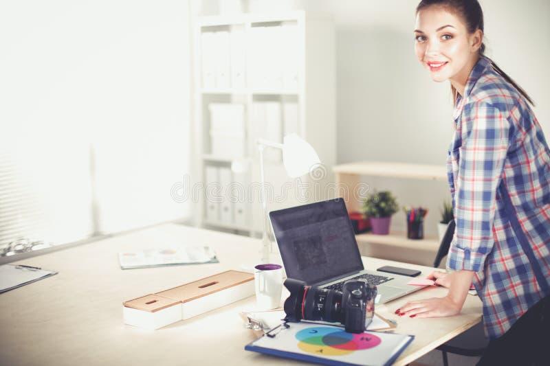 Download Vrouwelijke Fotograafzitting Op Het Bureau Met Laptop Vrouwelijke Fotograaf Stock Foto - Afbeelding bestaande uit digitaal, checking: 107705708