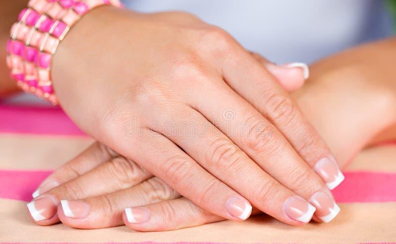 Vrouwelijke Franse manicure stock afbeelding