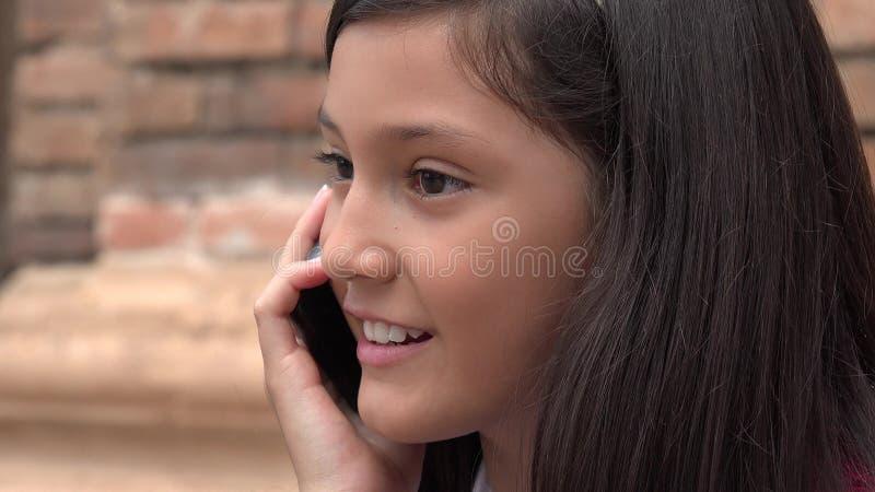Vrouwelijke Gebruikende Celtelefoon en Gelukkig royalty-vrije stock fotografie