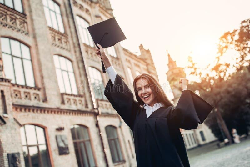 Vrouwelijke gediplomeerde dichtbij universiteit royalty-vrije stock fotografie