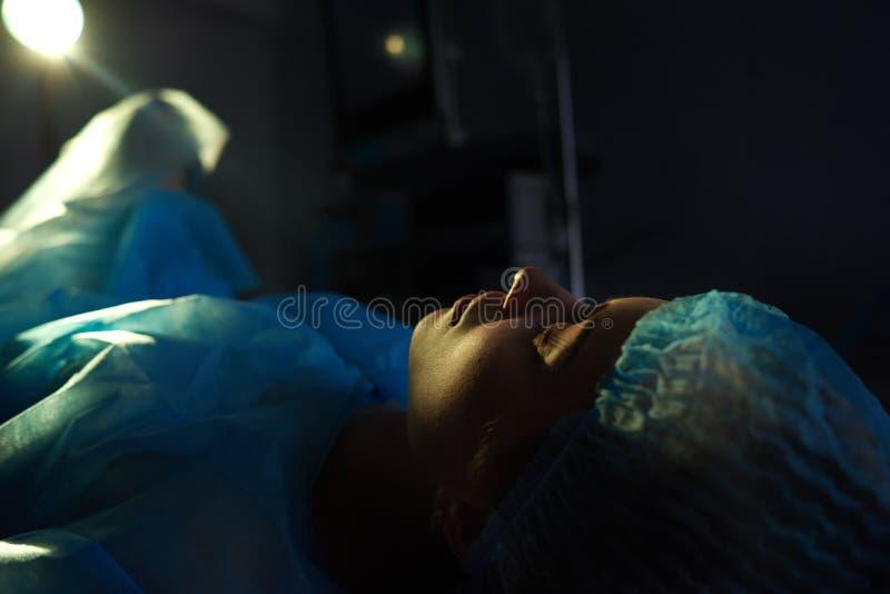 Vrouwelijke geduldige ondergaande chirurgie royalty-vrije stock foto