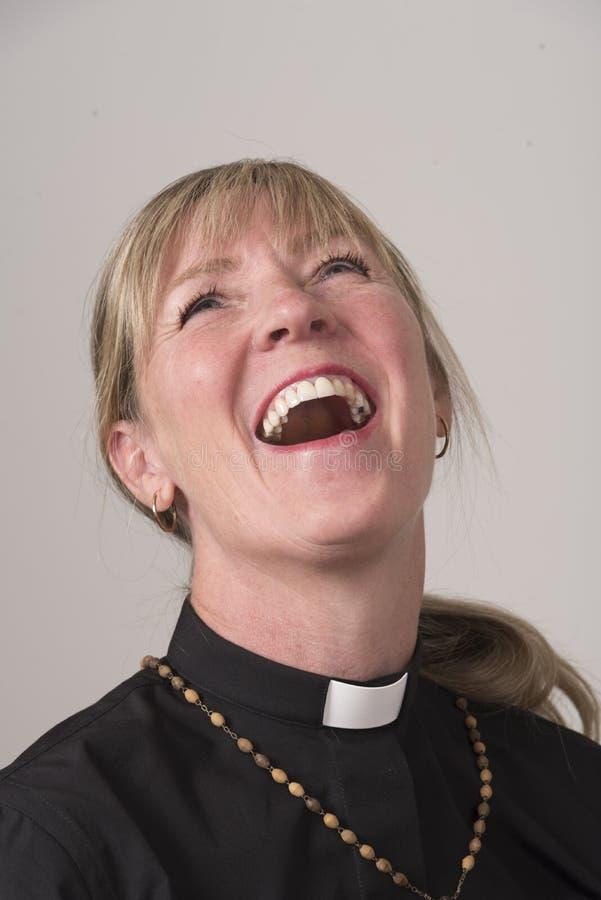 Vrouwelijke geestelijkheid Een portret van vrouw het lachen stock afbeeldingen