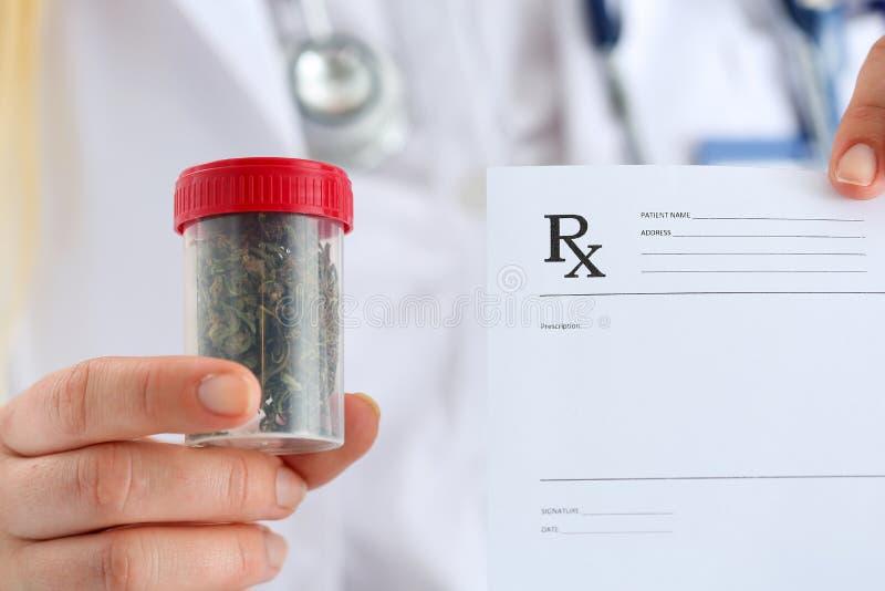 Vrouwelijke geneeskunde de greep medische marihuana van de artsenhand stock afbeeldingen