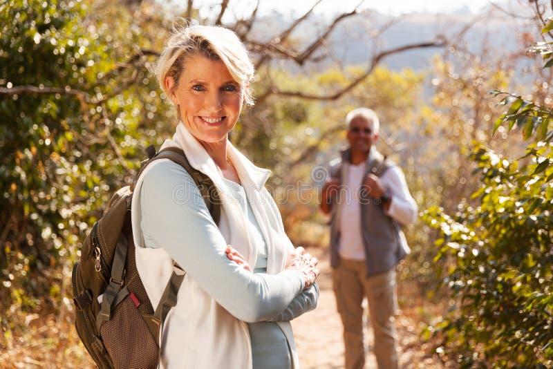 Vrouwelijke gevouwen wandelaarwapens royalty-vrije stock foto