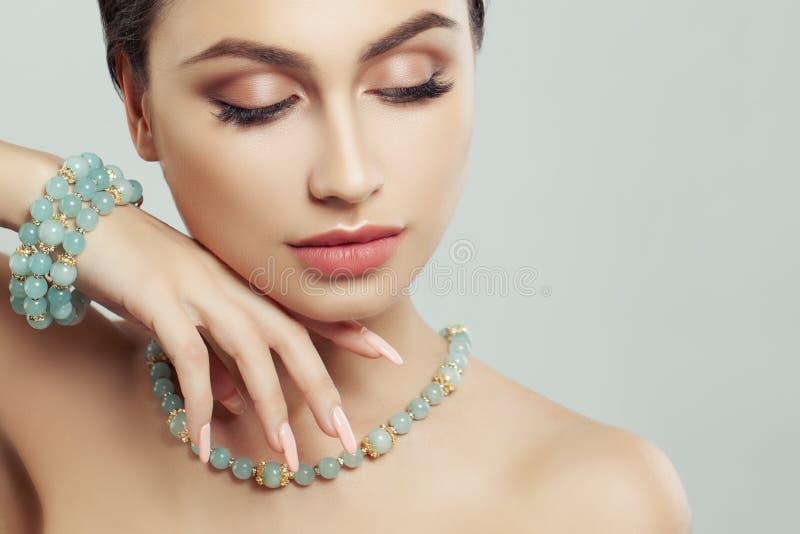 Vrouwelijke Gezichtsclose-up Manicure, juweel en make-up stock foto
