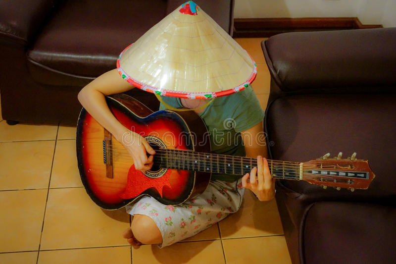 Vrouwelijke gitaarspeler stock afbeelding