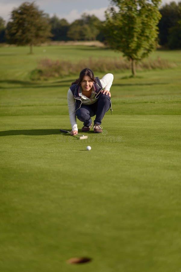Vrouwelijke Golfspeler die een Put opstellen royalty-vrije stock foto