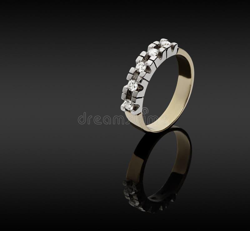 Vrouwelijke gouden ring met diamanten stock afbeelding