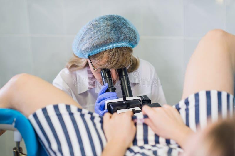 Vrouwelijke Gynaecoloog During Examination In Haar Bureau royalty-vrije stock fotografie