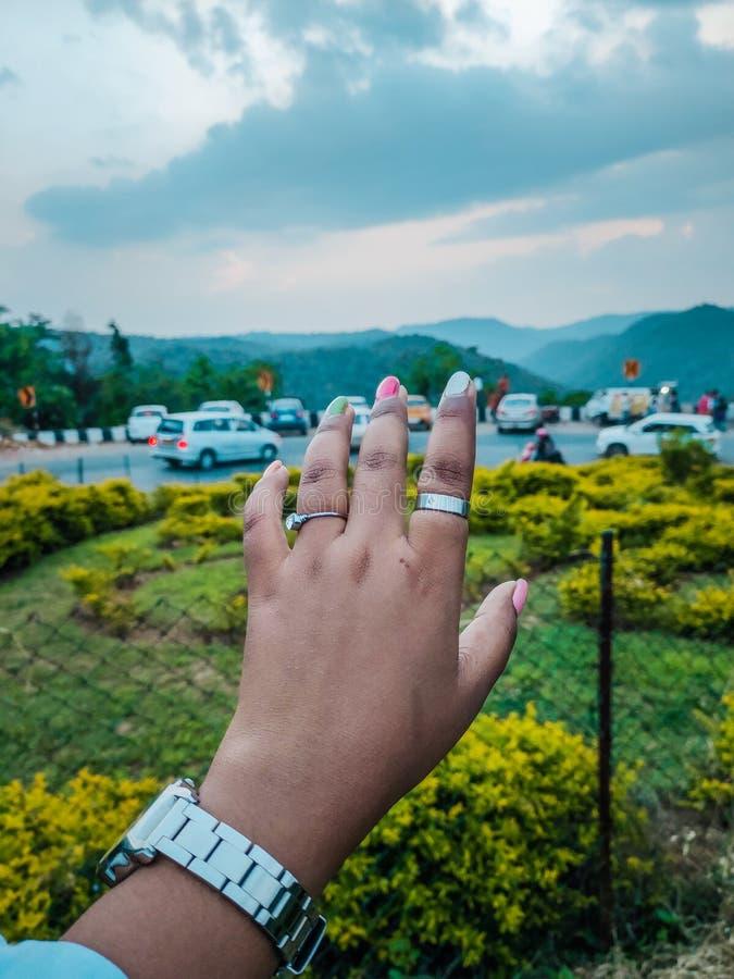 Vrouwelijke hand De mensen en de bergen van de valleimening op achtergrond royalty-vrije stock afbeelding