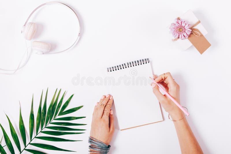 Download Vrouwelijke Hand Die In Een Notitieboekje Met Roze Potlood Schrijven Stock Afbeelding - Afbeelding bestaande uit doos, liefde: 107703513