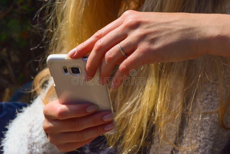 Vrouwelijke hand die een smartphone houden royalty-vrije stock afbeelding