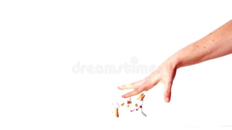 Vrouwelijke hand die een stop van verpletterde sigaretten op de vloer werpen stock video