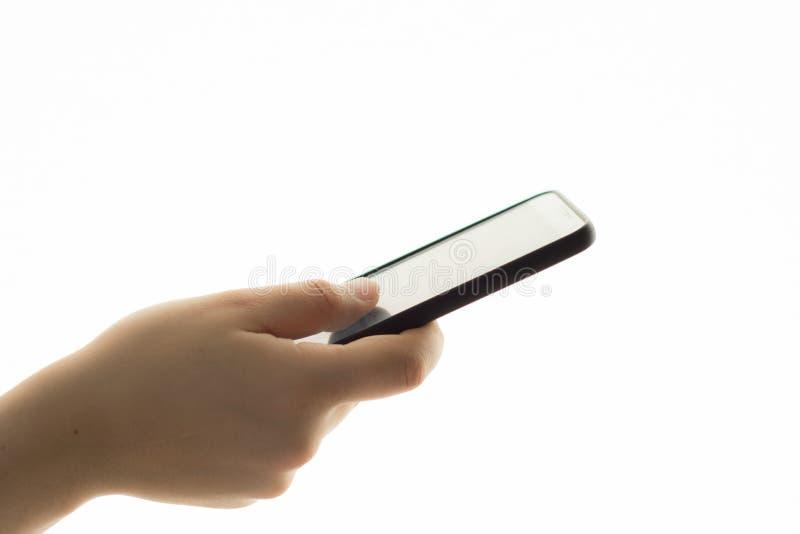 Vrouwelijke hand die mobiele telefoon houdt stock afbeeldingen