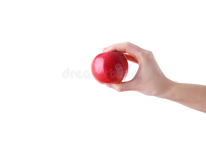 Vrouwelijke hand die rode die appel houden op witte achtergrond wordt geïsoleerd royalty-vrije stock afbeelding