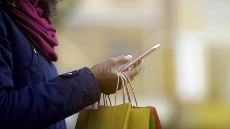 Vrouwelijke hand die websites controleren, zoekend verkoop in online opslag, e-winkelt royalty-vrije stock afbeelding