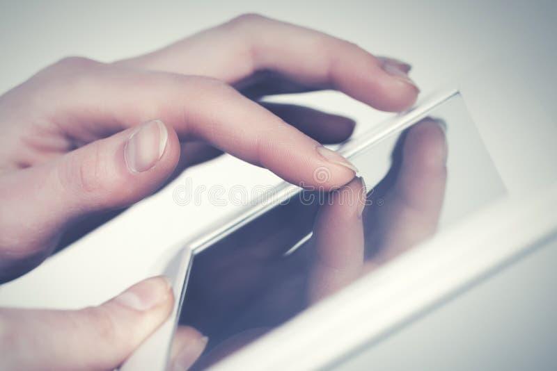 Vrouwelijke hand met digitale tabletcomputer stock afbeelding