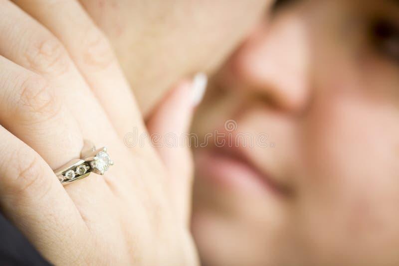 Vrouwelijke Hand met het Gezicht van Overeenkomstenring touching fiance royalty-vrije stock afbeelding