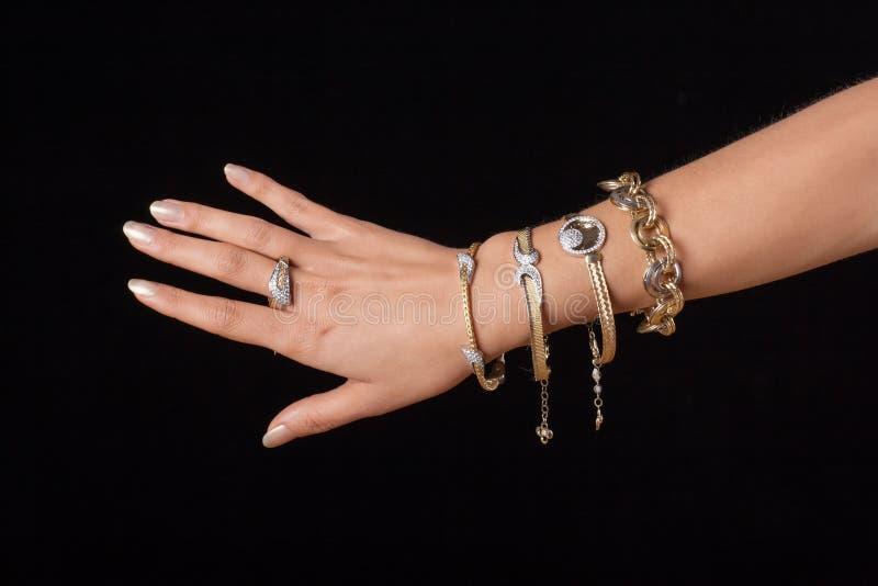 Vrouwelijke hand met juwelen stock foto's