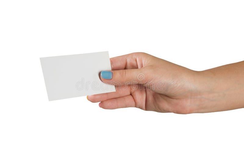 Vrouwelijke hand met multicolored manicure die een leeg die adreskaartje houden op witte achtergrond wordt geïsoleerd stock foto