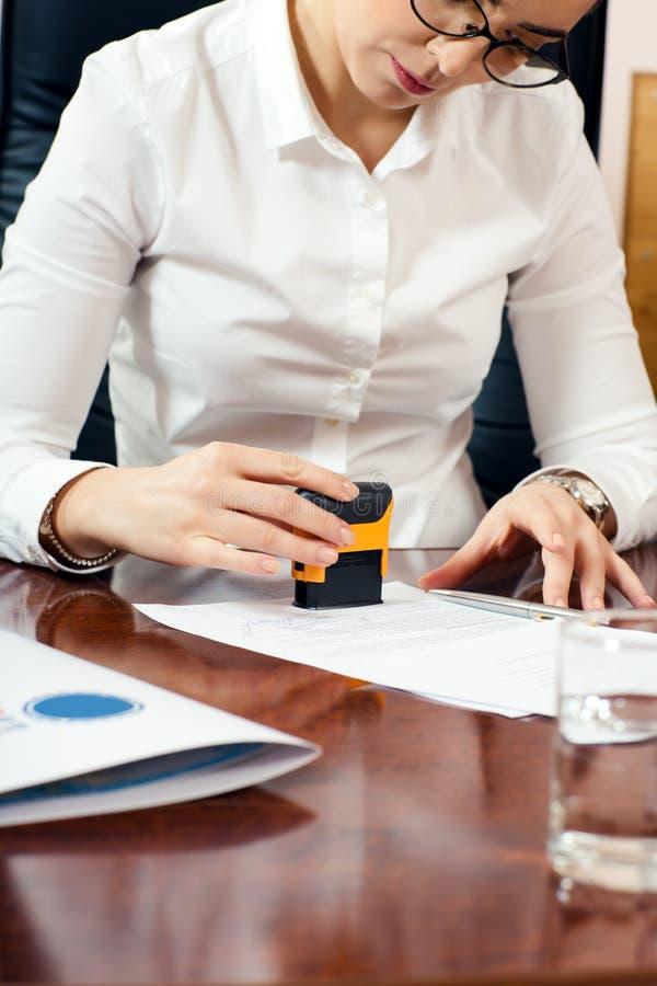 Vrouwelijke hand met zegel royalty-vrije stock afbeelding