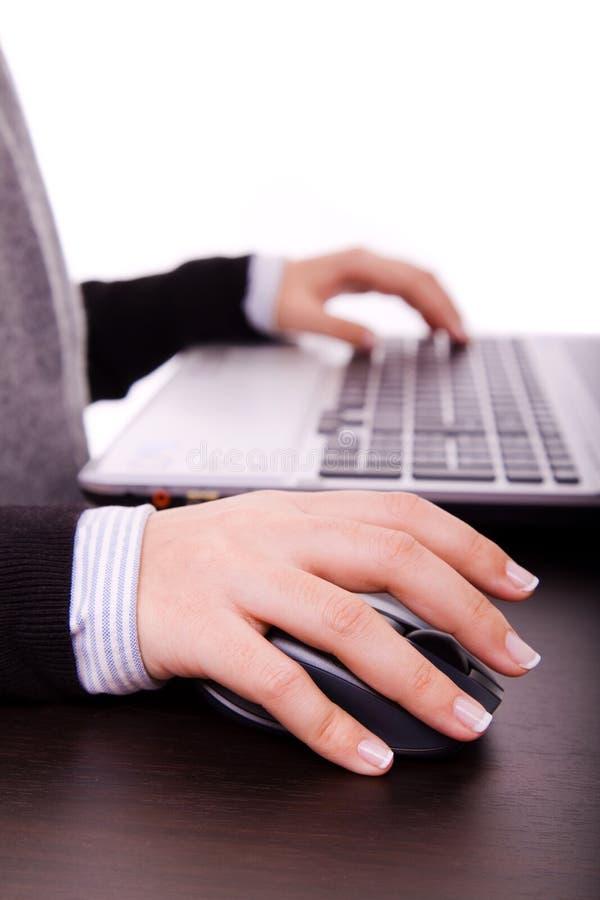 Vrouwelijke hand op muis terwijl het werken aan laptop royalty-vrije stock foto