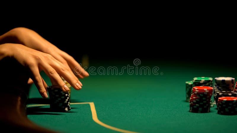 Vrouwelijke handen die casino spaanders, strategie en wedden alles inbegrepen, het bluffing, close-up nemen royalty-vrije stock foto's