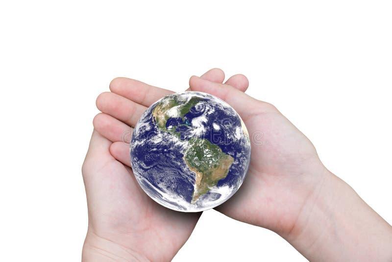 Vrouwelijke handen die de aarde houden die op witte achtergrond wordt geïsoleerd royalty-vrije stock fotografie