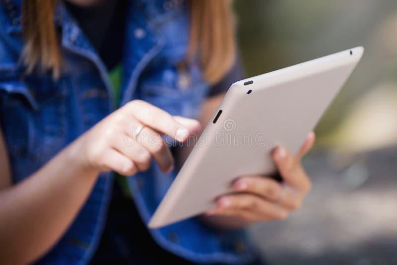 Vrouwelijke handen die digitale tablet houden Doend zaken modern w royalty-vrije stock afbeelding