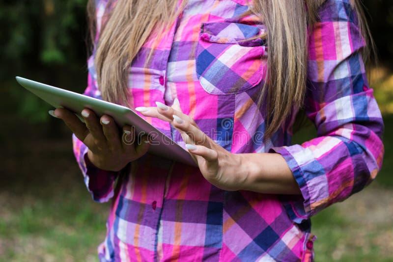 Vrouwelijke handen die een digitale tabletpc met behulp van royalty-vrije stock foto