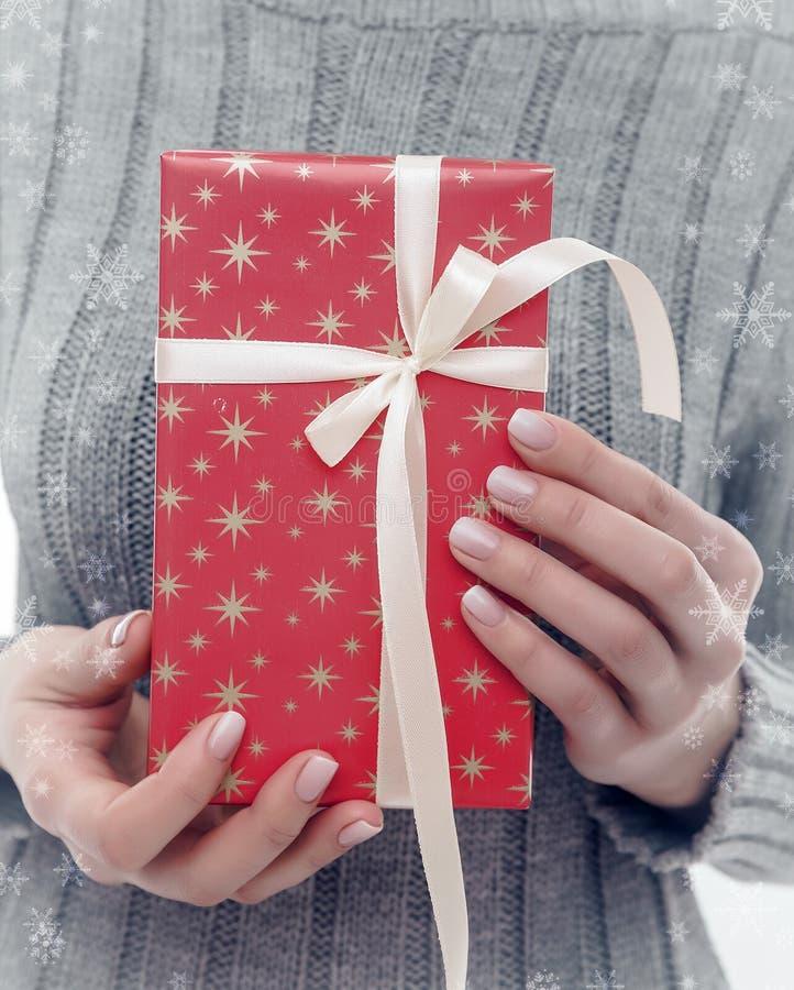 Vrouwelijke handen die een giftdoos houden stock foto