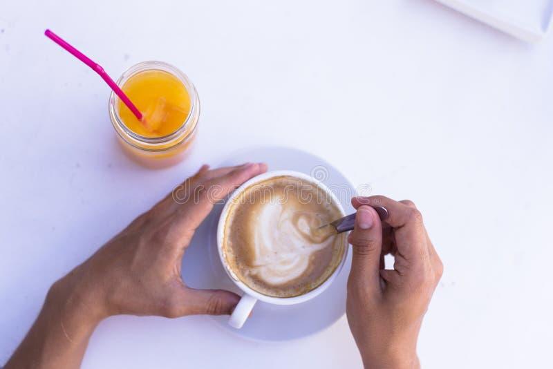 Vrouwelijke handen die een kop van koffie, sinaasappelensap houden bovendien De Hoogste Mening van het Ontbijt van Healty royalty-vrije stock fotografie