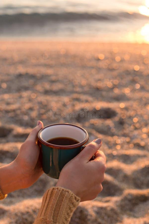 Vrouwelijke handen die een mok met thee houden royalty-vrije stock fotografie