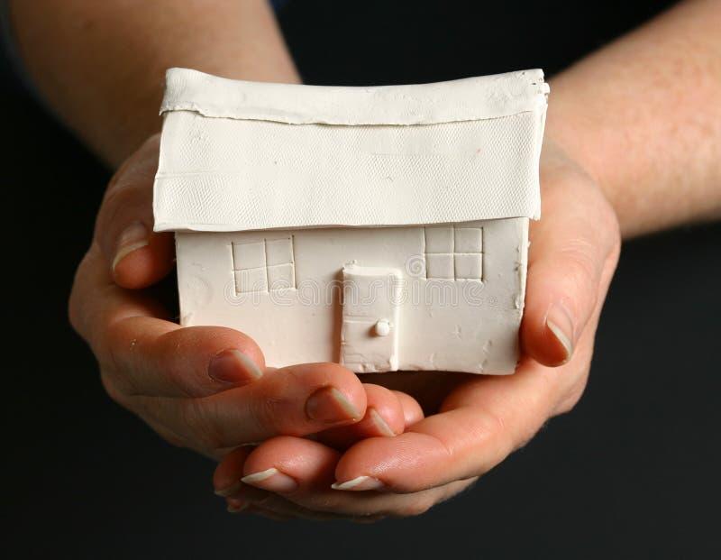 Vrouwelijke handen die huis houden stock foto's