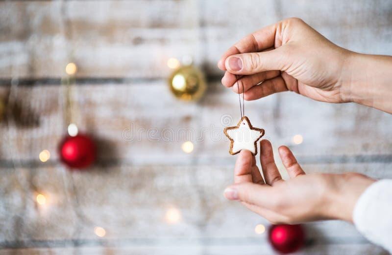 Vrouwelijke handen die Kerstmisdecoratie houden De ruimte van het exemplaar royalty-vrije stock foto