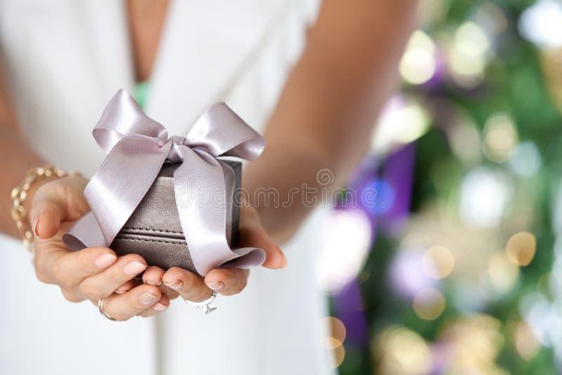 Vrouwelijke handen die kleine elegante gift met lint houden royalty-vrije stock foto
