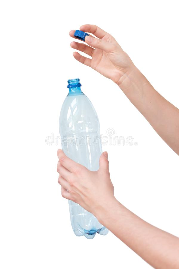 Vrouwelijke handen die lege plastic die fles houden op wit wordt geïsoleerd Rekupereerbaar Afval Recycling, hergebruik, huisvuilv stock foto's