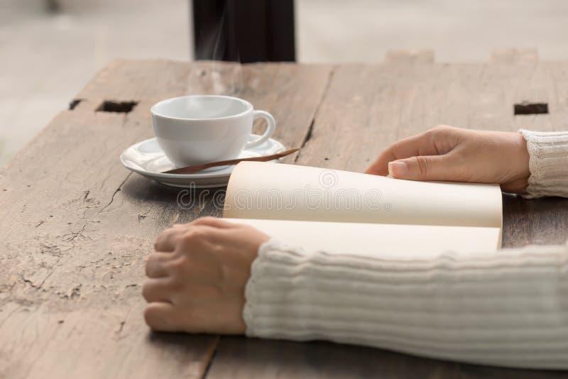 Vrouwelijke handen die oud geopend boek houden royalty-vrije stock foto