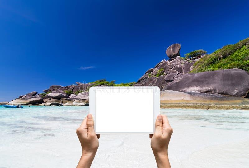 Vrouwelijke handen die tablet houden die de eilanden van beeldensimilan, Bea nemen royalty-vrije stock fotografie