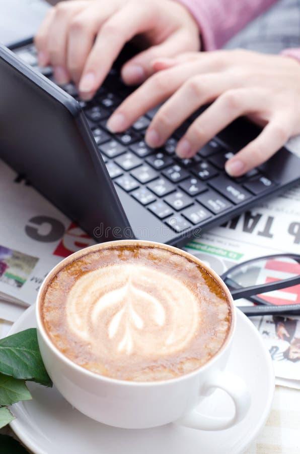 Vrouwelijke handen die tekst op een netbooktoetsenbord typen stock fotografie