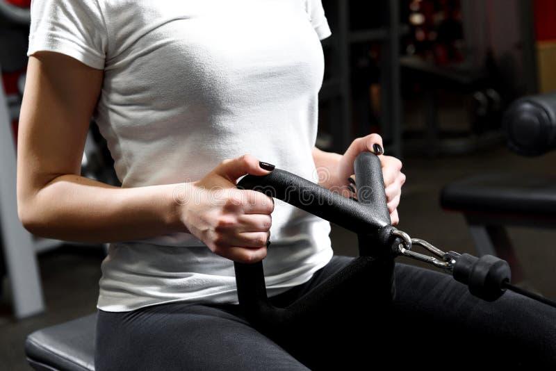 Vrouwelijke handen die uitrekkende oefeningen doen stock afbeelding