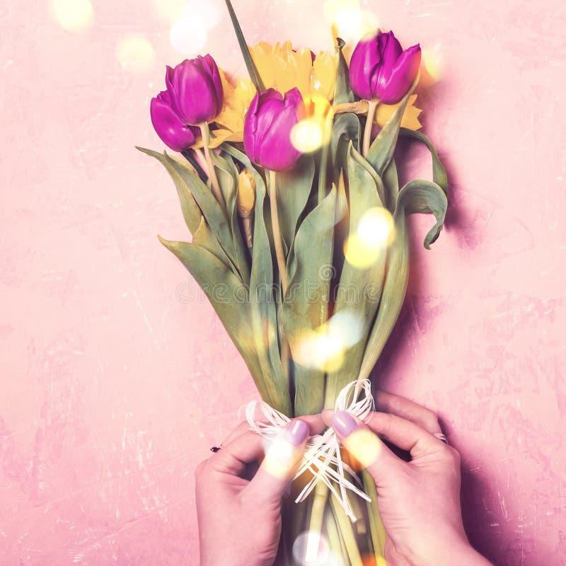 Vrouwelijke handen die van de lentetulpen en gele narcissen bloemenboeket maken royalty-vrije stock fotografie