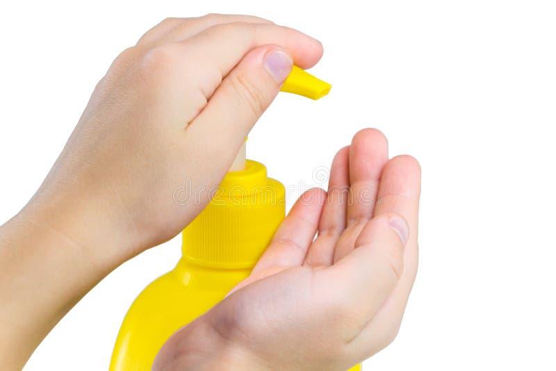 Vrouwelijke handen die vloeibare zeep op wit gebruiken stock afbeeldingen