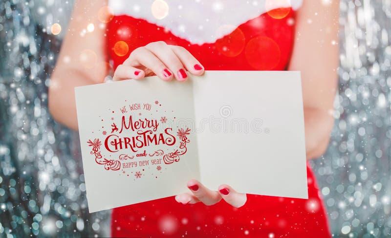 Vrouwelijke handen die Vrolijke Kerstkaart of brief houden aan Kerstman Kerstmis en Nieuwjaarthema stock foto's